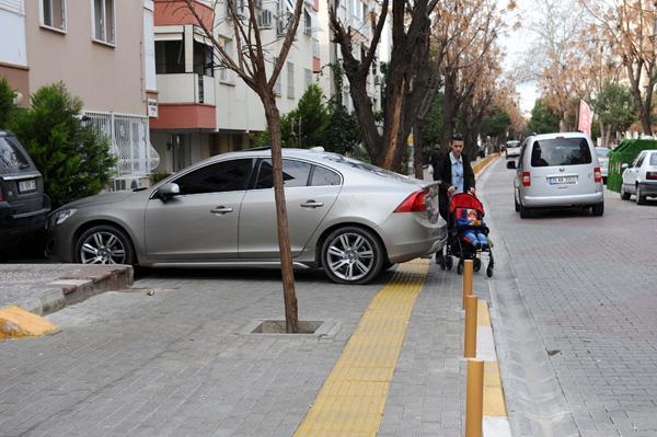 engelli yoluna park eden araç